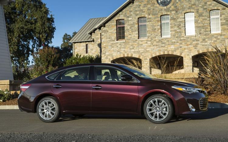 2013-Toyota-Avalon-side-view-dark-red